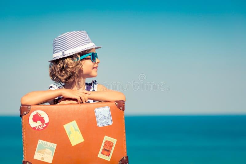 El niño disfruta de vacaciones de verano en el mar fotos de archivo libres de regalías