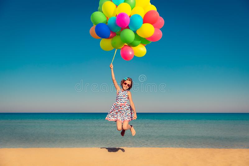El niño disfruta de vacaciones de verano en el mar imagenes de archivo