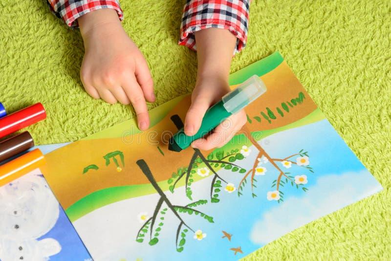 El niño drena un cuadro fotografía de archivo libre de regalías