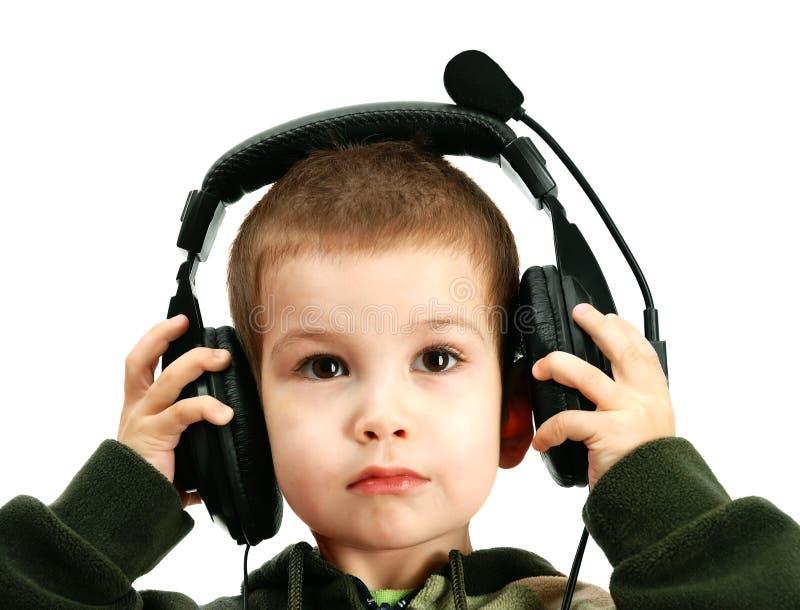 El niño en auriculares imagen de archivo libre de regalías