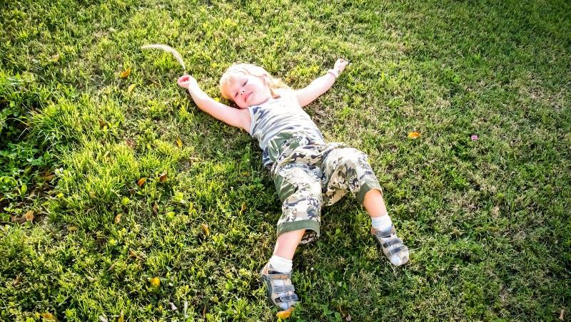 El niño en el prado fotos de archivo