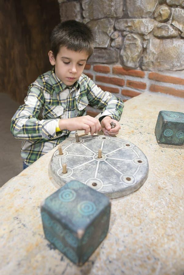 El niño es arqueólogo fotos de archivo