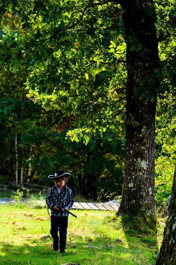 El niño es el nuevo sheriff fotografía de archivo