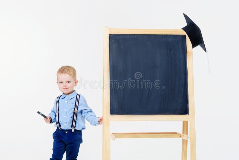 El niño está consiguiendo listo para la escuela imágenes de archivo libres de regalías
