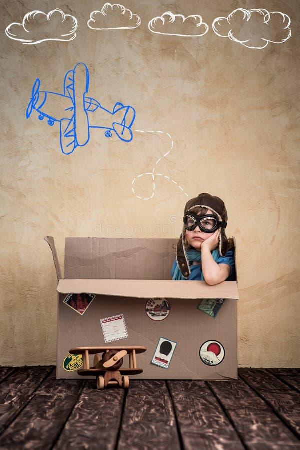 El niño está fingiendo ser piloto imagenes de archivo