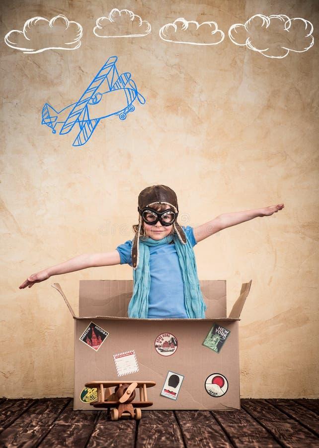 El niño está fingiendo ser piloto foto de archivo libre de regalías