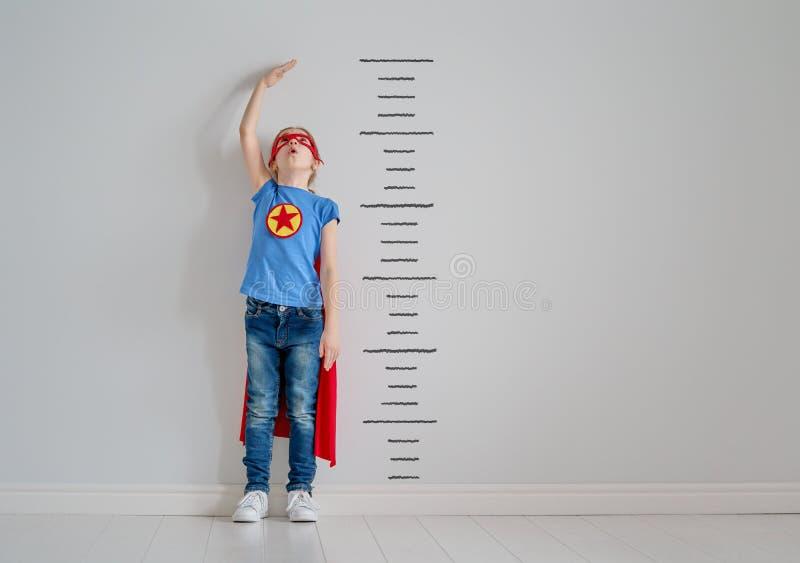 El niño está jugando al super héroe fotografía de archivo libre de regalías