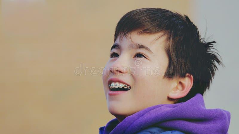 El niño feliz sonríe con los apoyos imágenes de archivo libres de regalías