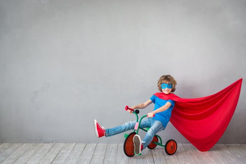 El niño finge ser super héroe fotografía de archivo
