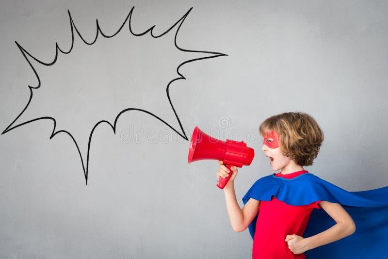 El niño finge ser super héroe imagen de archivo