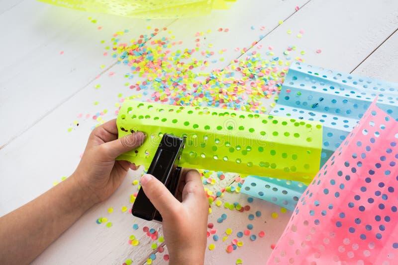 El niño hace una decoración para el día de fiesta imagen de archivo libre de regalías