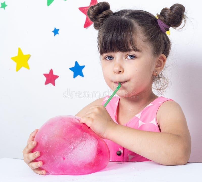 El niño infla una burbuja grande del limo imagen de archivo libre de regalías