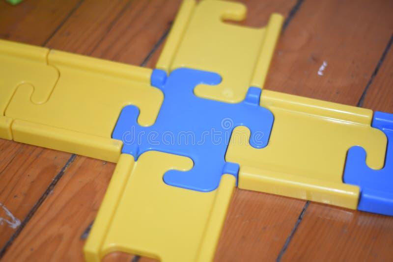 El niño juega la pirámide niño en el cuarto del ` s de los niños que juega con la opinión de los juguetes desde arriba foto de archivo