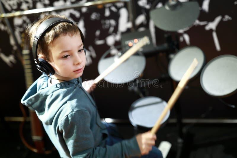 El niño juega los tambores fotos de archivo libres de regalías