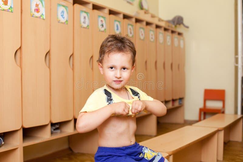 El niño lleva una camiseta fotografía de archivo