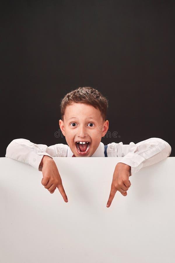El niño muestra el espacio libre espacio blanco y negro para el texto imagen de archivo