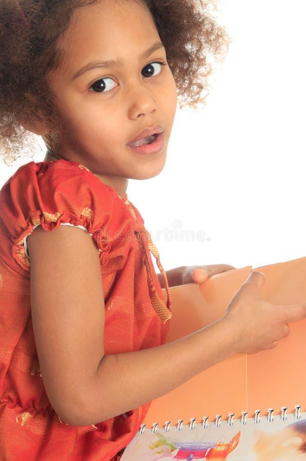El niño negro asiático del afroamericano lee un libro imagen de archivo libre de regalías