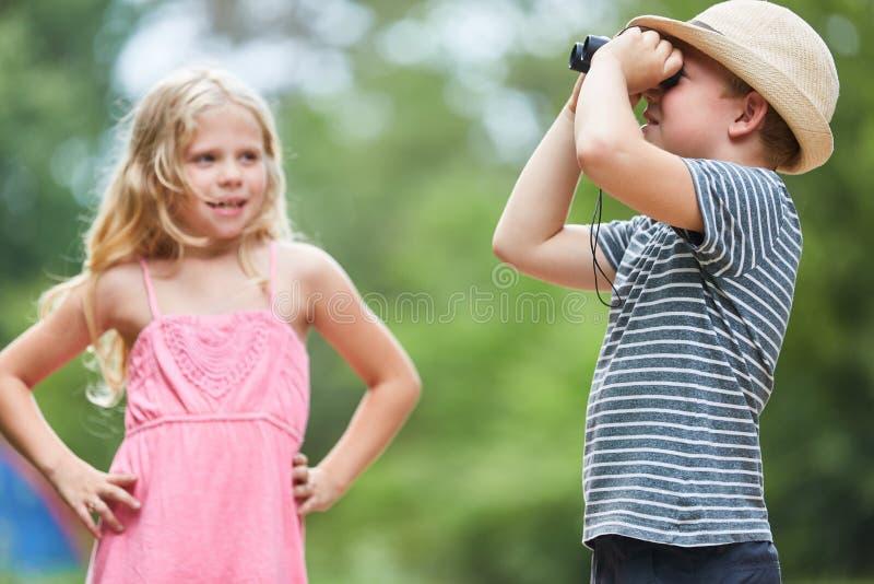 El niño observa la naturaleza a través de los prismáticos imágenes de archivo libres de regalías