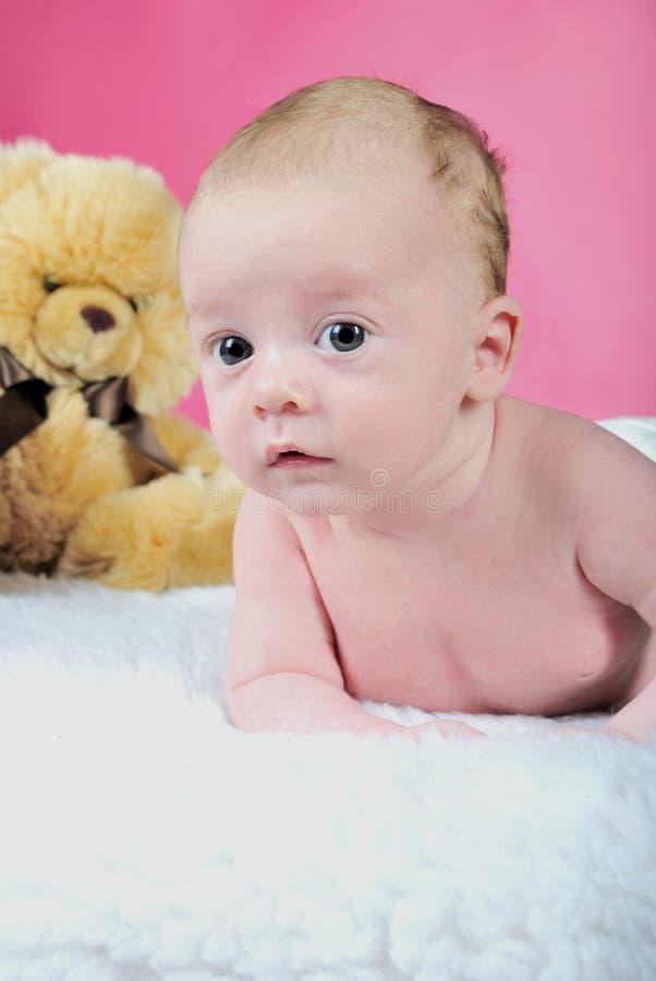 El niño pequeño con las mentiras grandes de los ojos fotografía de archivo