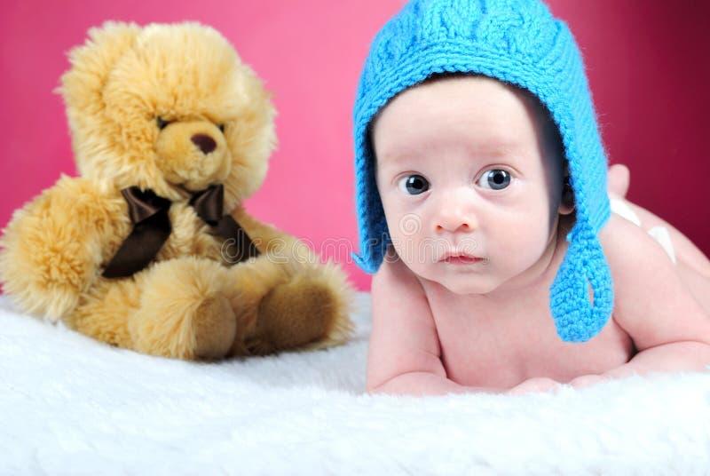 El niño pequeño con las mentiras grandes de los ojos foto de archivo
