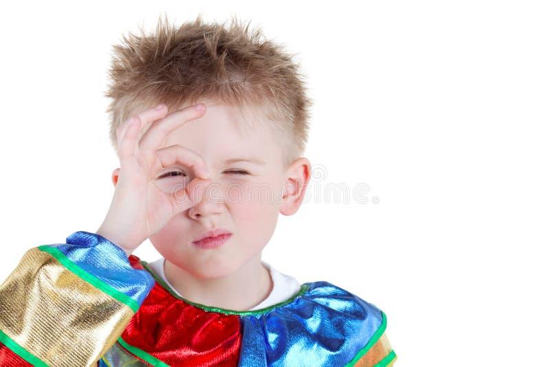 El niño pequeño en juego del carnaval mira a través del anillo fotos de archivo