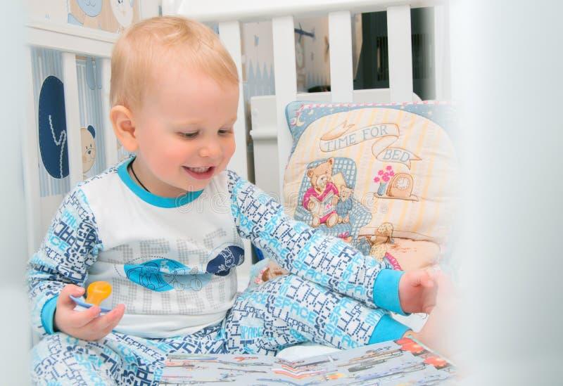 El niño pequeño en un pesebre fotografía de archivo libre de regalías