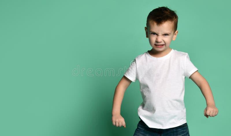 El niño pequeño enojado mira derecho a la cámara imagen de archivo libre de regalías