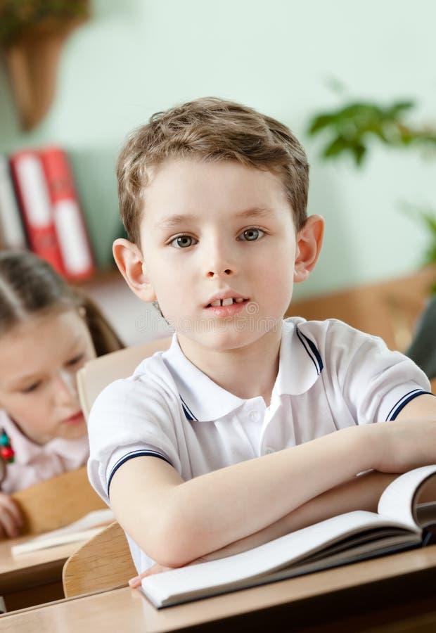 El niño pequeño está en la escuela fotografía de archivo libre de regalías