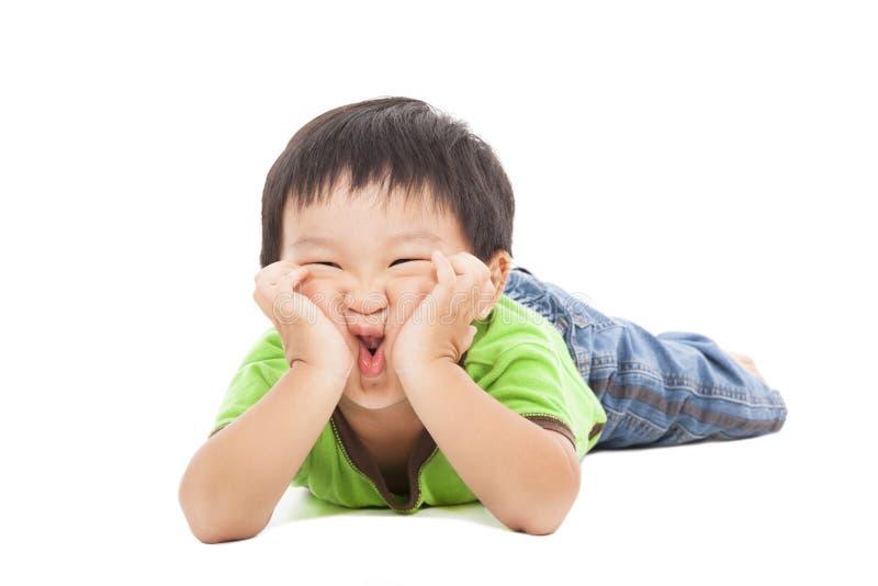 El niño pequeño hace una cara divertida fotografía de archivo libre de regalías