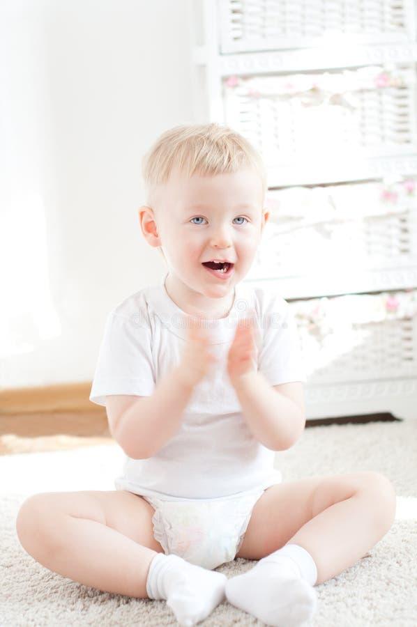 Niño pequeño lindo feliz fotos de archivo libres de regalías
