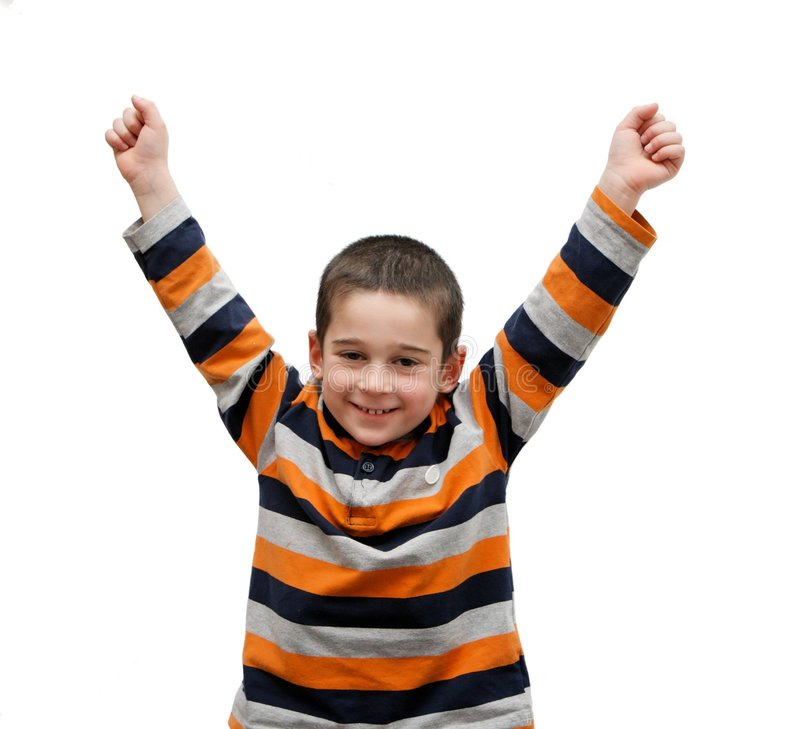 El niño pequeño lindo se levanta sus brazos en una V-muestra imagen de archivo libre de regalías