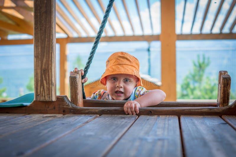 El niño pequeño que juega en el patio imágenes de archivo libres de regalías