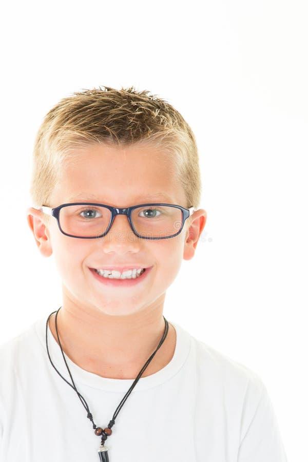 El niño pequeño rubio con el retrato de los vidrios lleva blanco imagenes de archivo