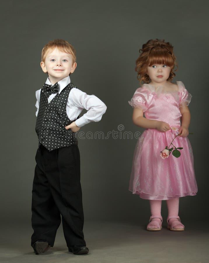 El niño pequeño y la muchacha fotos de archivo libres de regalías