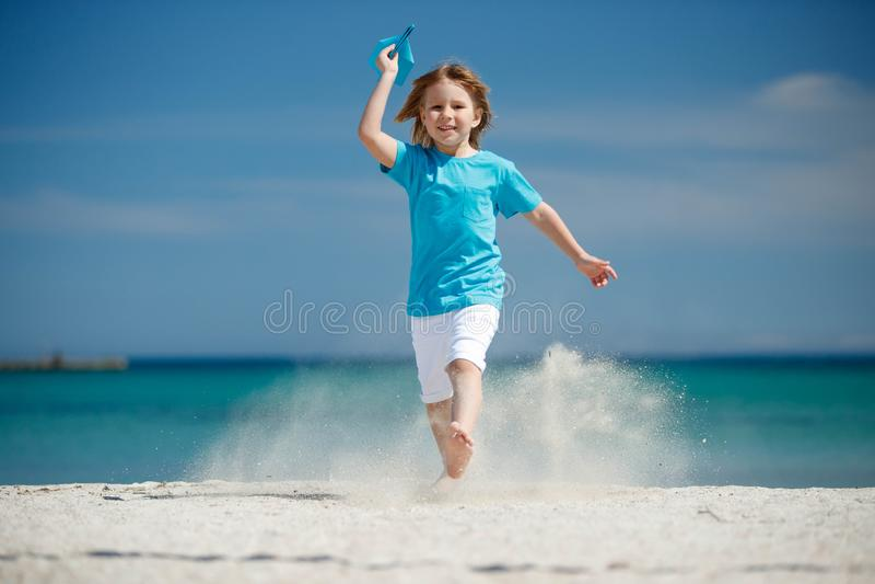 El niño pone en marcha el avión imagen de archivo libre de regalías