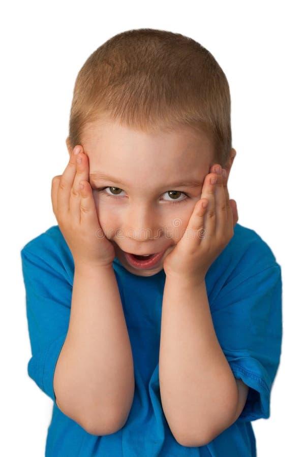 El niño presionó sus manos a su cabeza imágenes de archivo libres de regalías