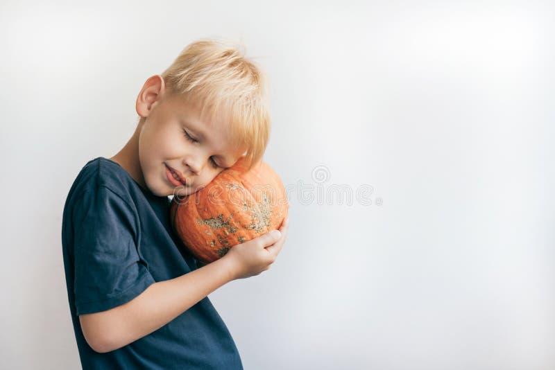 El niño presiona una calabaza imagen de archivo libre de regalías
