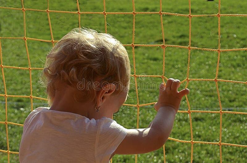El niño que quiere romperse libremente foto de archivo