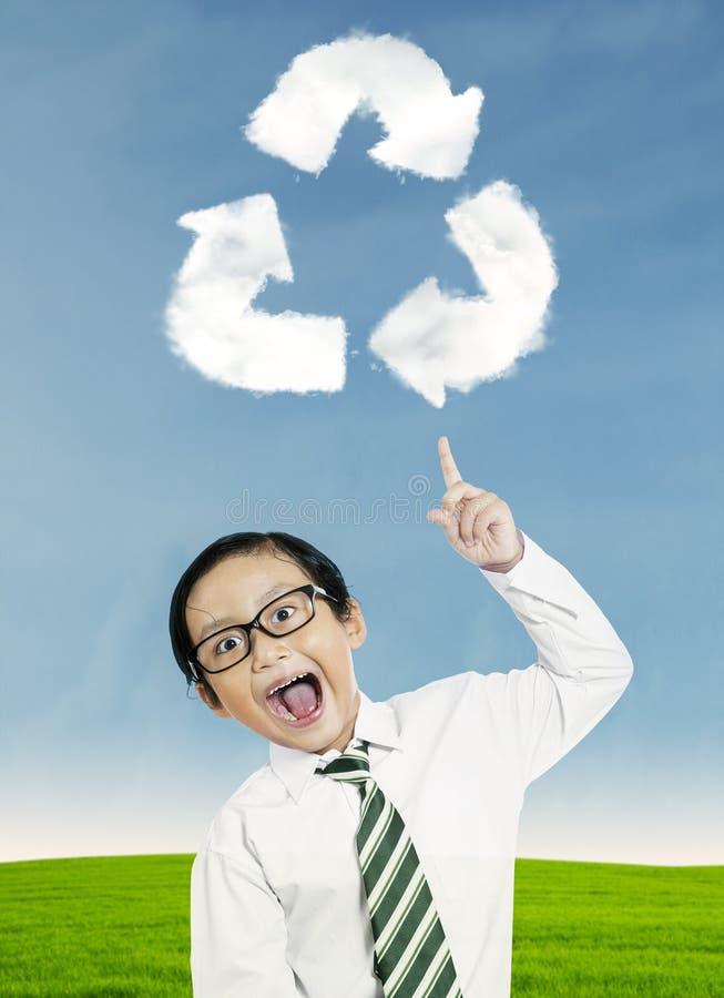 El niño que señala en recicla símbolo ilustración del vector