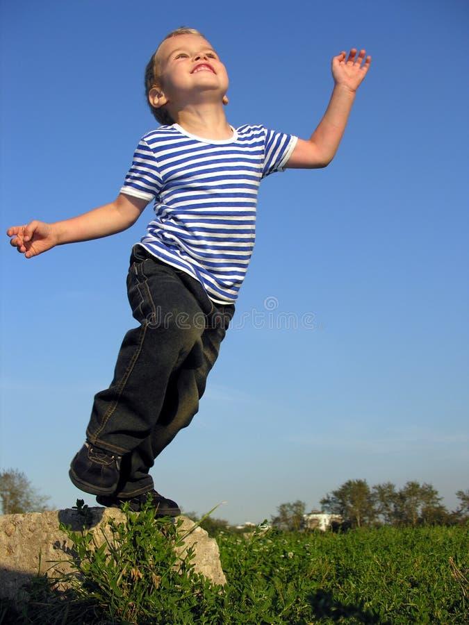 El niño saltará fotos de archivo libres de regalías