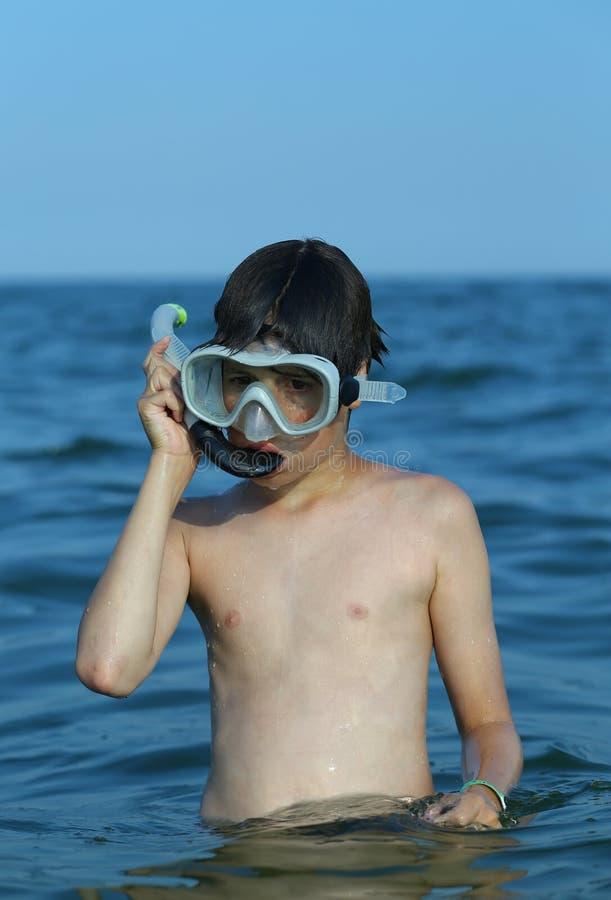 El niño se divierte con la máscara del buceador foto de archivo libre de regalías