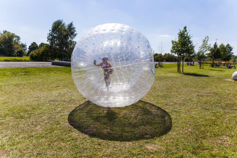 El niño se divierte en la bola de Zorbing imágenes de archivo libres de regalías