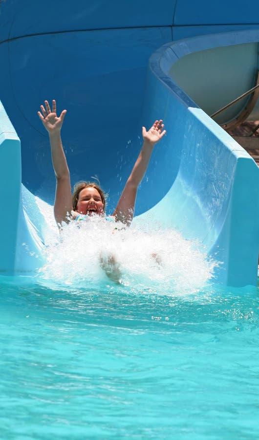 El niño se divierte en piscina foto de archivo libre de regalías