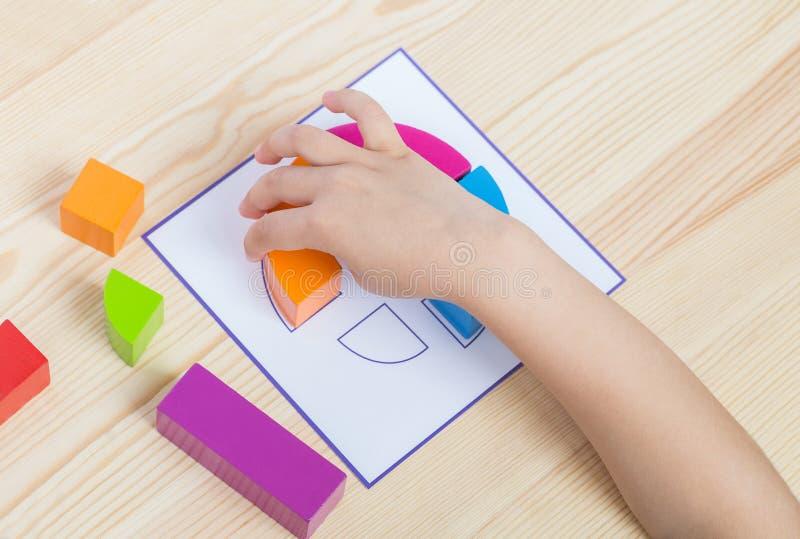 El niño separa el modelo según modelo imagen de archivo