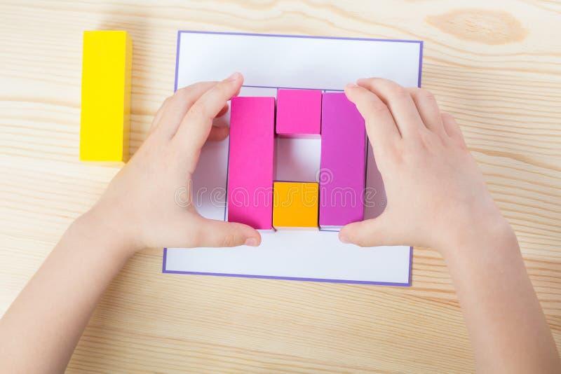 El niño separa el modelo según modelo foto de archivo libre de regalías