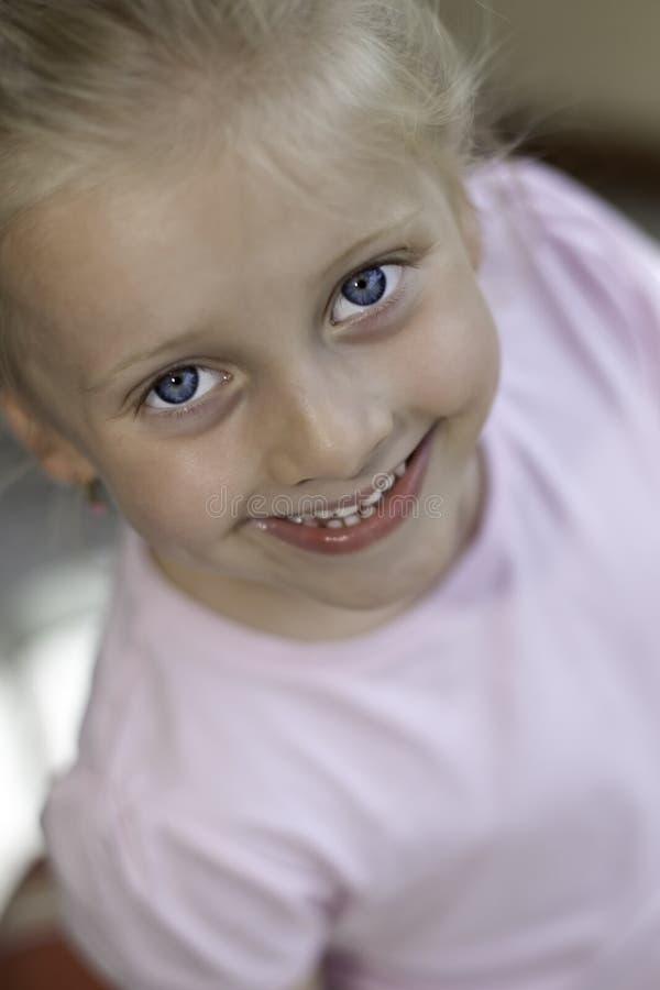 El niño sonríe feliz imagen de archivo libre de regalías