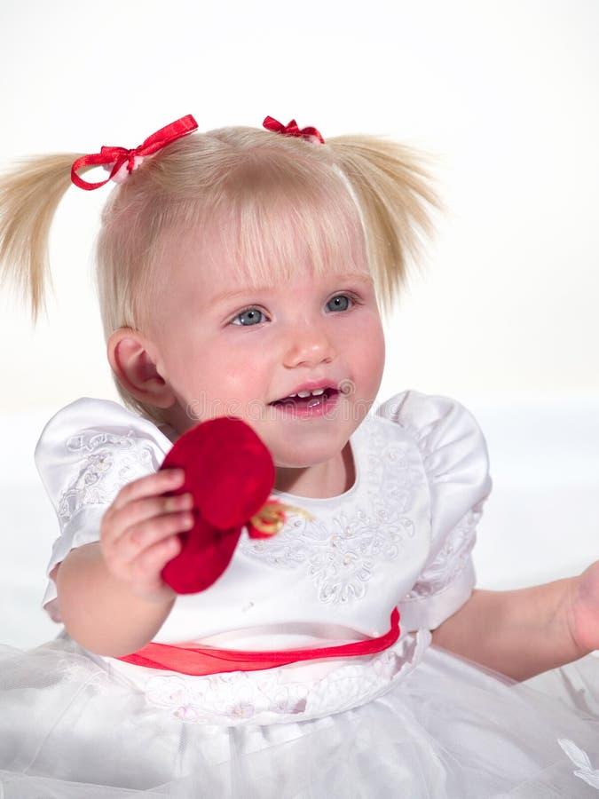 El niño sonriente muestra el corazón fotografía de archivo libre de regalías
