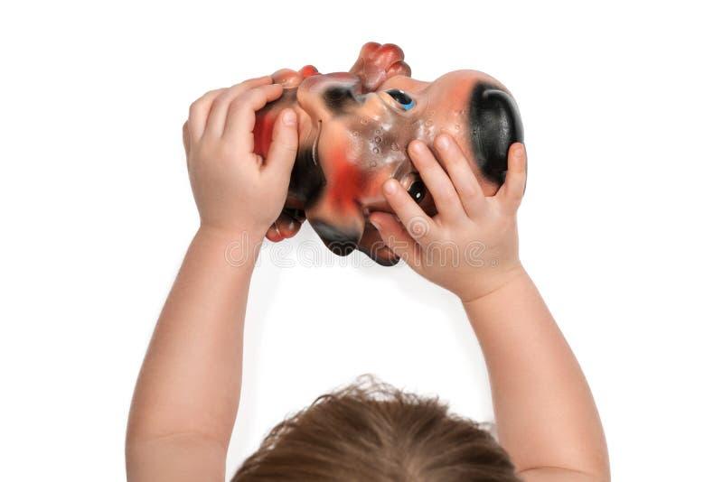 El niño sostiene una hucha fotos de archivo libres de regalías