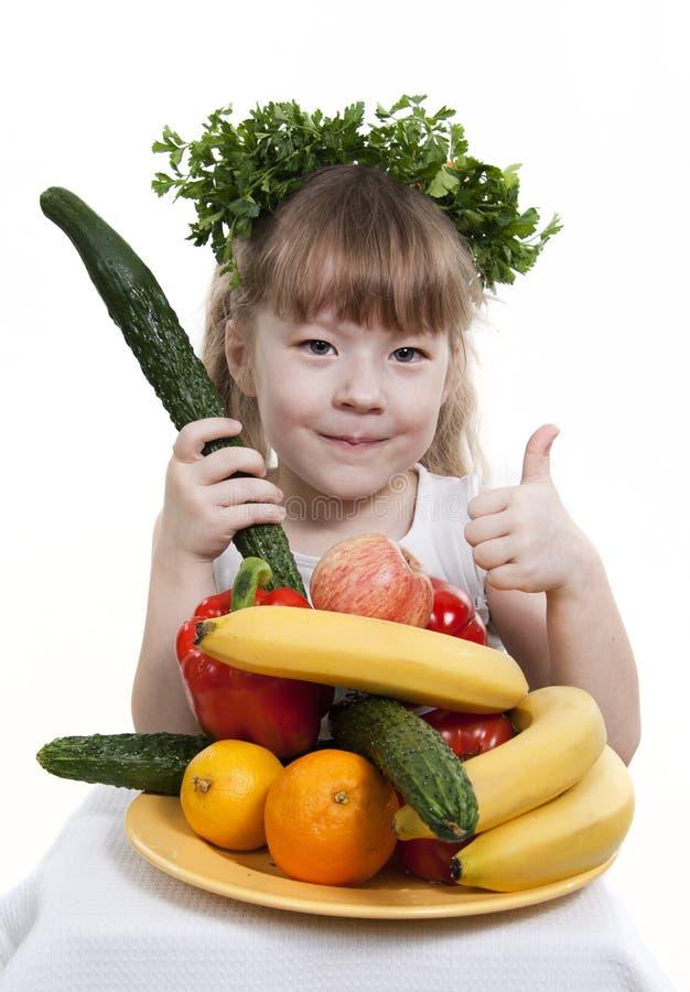 El niño sostiene vehículos y la fruta. imágenes de archivo libres de regalías