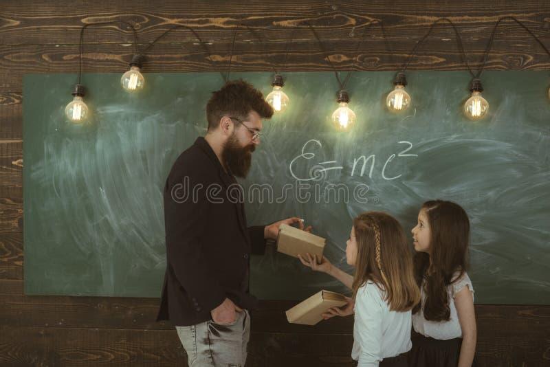 El niño talentoso necesita generalmente entrenar El alumno talentoso está haciendo su preparación del arte en sala de clase en la fotografía de archivo libre de regalías